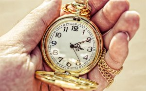 thumb2-gold-pocket-watch-in-hands-time-concepts-clock-in-hands-time-pocket-watch